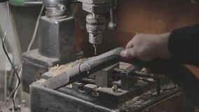 La prensa de taladro se está limpiando con un aspirador almacen de video
