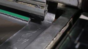 La prensa industrial del primer pone la pintura de plata en la lona almacen de video