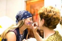 La preparación compone a la actriz antes de escena. Lápiz Fotografía de archivo libre de regalías