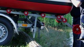 La preparación de un firetruck para un bombeo del lago riega almacen de video