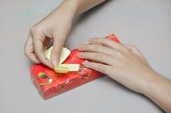 La preparación del presente de la caja de regalo para la Navidad y el Año Nuevo van de fiesta Imagen de archivo libre de regalías