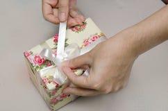 La preparación del presente de la caja de regalo para la Navidad y el Año Nuevo van de fiesta Fotografía de archivo libre de regalías