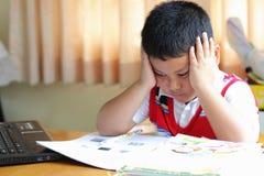 La preparación del trabajo del muchacho Fotos de archivo libres de regalías
