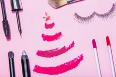 La preparación para el plano de la belleza de la Navidad o del Año Nuevo pone los cosméticos Imagen de archivo