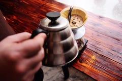 La preparación vierte sobre el café fotos de archivo