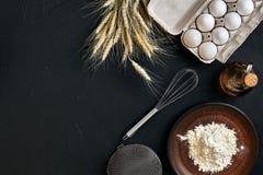 La preparazione che cucina il marrone del tavolo da cucina di cottura serve gli ingredienti differenti della drogheria fresca deg Fotografia Stock Libera da Diritti