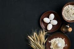 La preparazione che cucina il marrone del tavolo da cucina di cottura serve gli ingredienti differenti della drogheria fresca deg Fotografie Stock Libere da Diritti