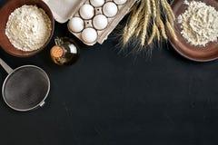 La preparazione che cucina il marrone del tavolo da cucina di cottura serve gli ingredienti differenti della drogheria fresca deg Immagini Stock Libere da Diritti