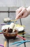 La preparazione del cioccolato ha immerso il dessert delle banane immagini stock