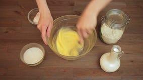 La preparazione della donna muffin sulla cucina mescola le uova archivi video