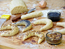 La preparazione della pasta dei bagel, uovo unto e spruzza con i semi di papavero ed i semi di lino immagini stock libere da diritti