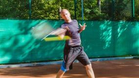 La preparazione o insegnare gioca a tennis su una corte all'aperto Addestramento dei giocatori degli sport professionali archivi video