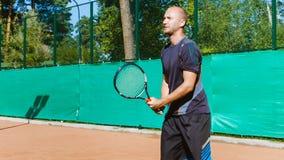 La preparazione o insegnare gioca a tennis su una corte all'aperto Addestramento dei giocatori degli sport professionali stock footage