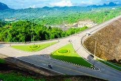 La presa de Ratchaprapha del camino en Surat Thani, Tailandia fotografía de archivo libre de regalías