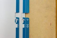 La presa del piatto di derivazione segna il Pri del metallo del fondo del bordo di legno del passante fotografia stock