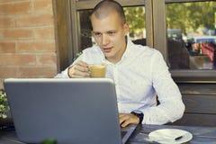 La presa dell'uomo d'affari irrompe il caffè immagine stock libera da diritti
