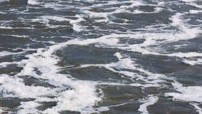 La presa descarga el agua en el río almacen de metraje de vídeo