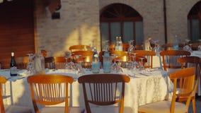 La presentación de la tabla de cena cerca del edificio le gusta el castillo Cámara lenta Tiroteo exterior de la tabla de banquete metrajes