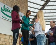 La presentación de tazas memorables a los ganadores de la Navidad anual del ` de la raza corre el ` en ilya del ` del MI en Israe Fotos de archivo libres de regalías