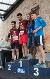 La presentación de tazas memorables a los ganadores de la Navidad anual del ` de la raza corre el ` en ilya del ` del MI en Israe Imagen de archivo