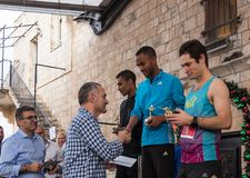 La presentación de tazas memorables a los ganadores de la Navidad anual del ` de la raza corre el ` en ilya del ` del MI en Israe Fotos de archivo