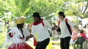 La presentación de un grupo Projecao de la danza multicultural en la feria del aire abierto llamó Bolivia Praca cuadrado Bolivia almacen de video