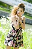 La presentación modelo de la muchacha del adolescente arropa en el parque Imagenes de archivo