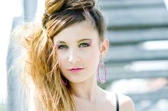 La presentación modelo de la muchacha del adolescente arropa en el parque foto de archivo libre de regalías