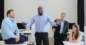 La presentación principal del hombre de negocios serio durante la reunión en la sala de reunión, hombres de negocios agrupa escuc almacen de metraje de vídeo
