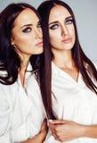 La presentaci?n de la muchacha de dos gemelos de las hermanas, haciendo el selfie de la foto, visti? la camisa blanca, amigos div fotografía de archivo
