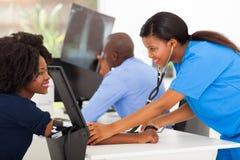 Presión arterial de medición de la enfermera Fotografía de archivo libre de regalías