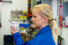 La presión del aceite se mide en el coche Imágenes de archivo libres de regalías