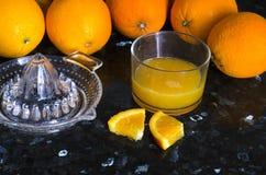La presse de jus avec des oranges Image stock