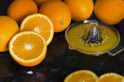 La presse de jus avec des oranges Photo libre de droits
