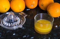 La presse de jus avec des oranges Images stock