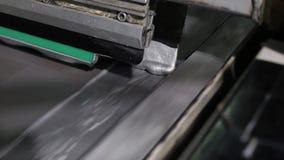 La presse typographique industrielle en gros plan met la peinture argentée sur la toile banque de vidéos