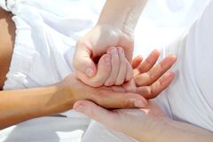 La pression de Digitals remet la thérapie de massage de reflexology photos libres de droits