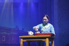 La prestazione cinese di cerimonia di tè, versa il tè dalla zuppiera in tazza giusta Fotografia Stock Libera da Diritti