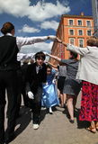 La prestazione dei promotori e dei ballerini dell'insieme di persona storica Viva di ballo e del costume Fotografia Stock
