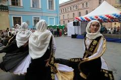 La prestazione dei solista-ballerini dell'insieme Imamat (Dagestan solare) con i balli tradizionali del Caucaso del nord fotografia stock