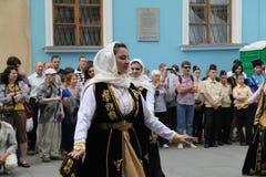 La prestazione dei solista-ballerini dell'insieme Imamat (Dagestan solare) con i balli tradizionali del Caucaso del nord fotografia stock libera da diritti