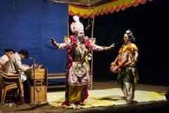 La prestazione nel teatro dilettante della via in India durante il Holi - Immagini Stock Libere da Diritti
