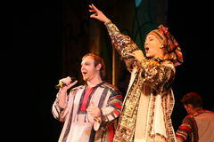 La prestazione sulla fase degli attori, delle soliste, dei cantanti e dei ballerini della canzone del Russo del teatro nazionale Immagini Stock Libere da Diritti