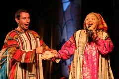 La prestazione sulla fase degli attori, delle soliste, dei cantanti e dei ballerini della canzone del Russo del teatro nazionale Immagini Stock