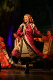 La prestazione sulla fase degli attori, delle soliste, dei cantanti e dei ballerini della canzone del Russo del teatro nazionale Immagine Stock