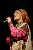 La prestazione sulla fase degli attori, delle soliste, dei cantanti e dei ballerini della canzone del Russo del teatro nazionale Fotografia Stock Libera da Diritti