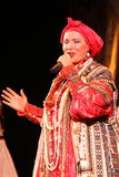 La prestazione sulla fase del cantante folk nazionale del babkina di nadezhda di canzoni e della canzone russi del Russo del teat Immagine Stock Libera da Diritti