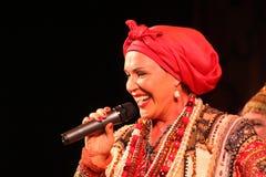 La prestazione sulla fase del cantante folk nazionale del babkina di nadezhda di canzoni e della canzone russi del Russo del teat Fotografie Stock