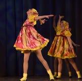 La prestazione teatrale dei bambini del gruppo di ballo in costumi nazionali Fotografie Stock Libere da Diritti