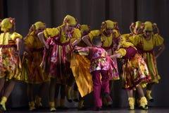 La prestazione teatrale dei bambini del gruppo di ballo in costumi nazionali Fotografia Stock Libera da Diritti